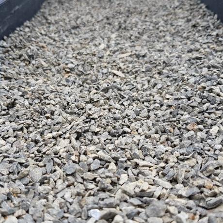 Bazalt zúzalék  besöprő 2-4 mm  25 kg ZSÁKOS